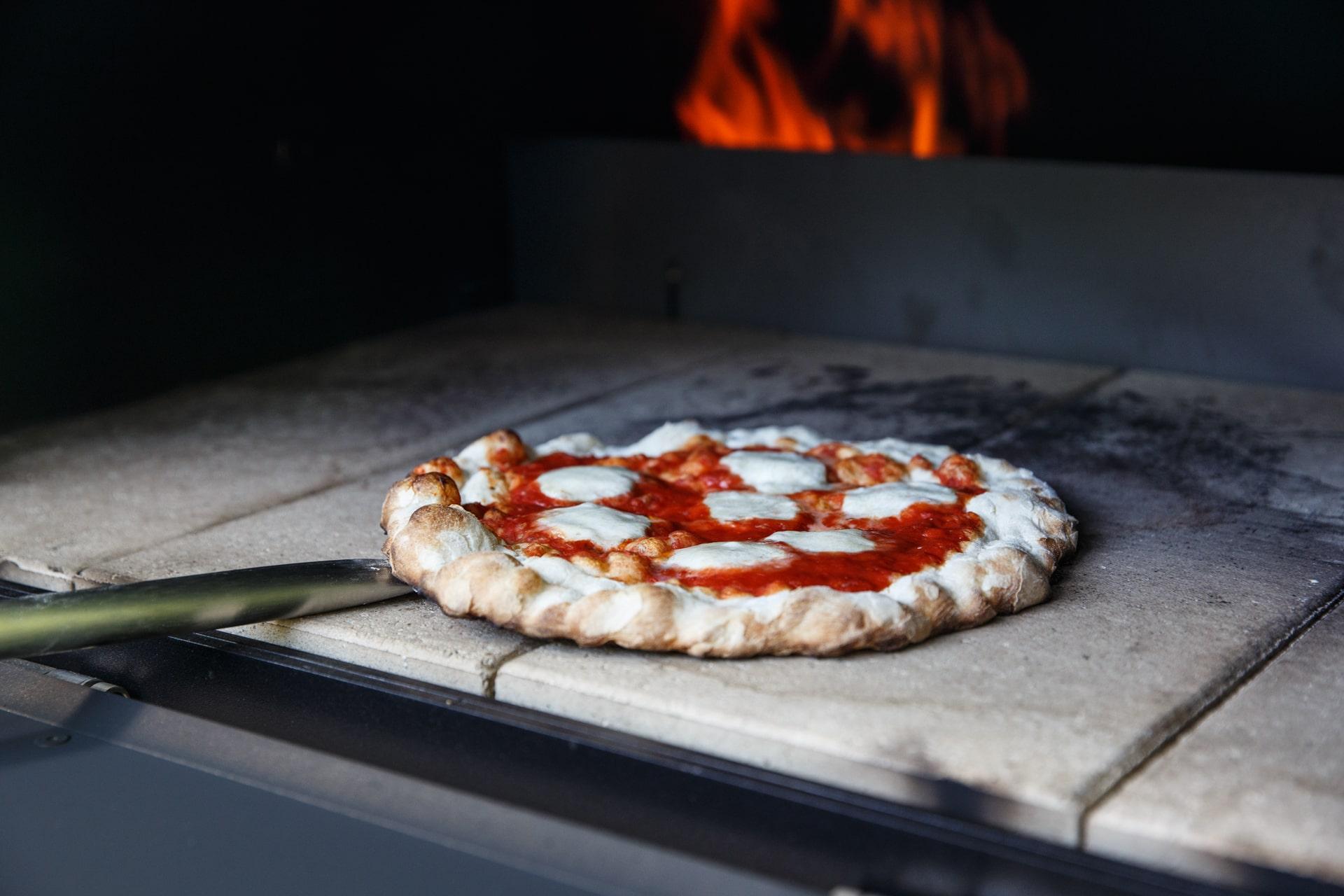 Merklinger Holzbackofen Grill Pizzaofen Brotbackofen Pizza auf Schamottsteine