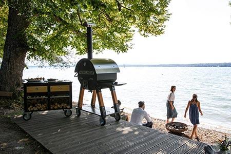 Merklinger Holzbackofen Grill Pizzaofen Brotbackofen 800 mit mobiler Seitentisch am See