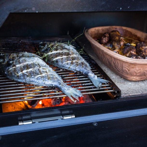 Merklinger Holzbackofen Grill Pizzaofen Brotbackofen mit Fisch auf dem Grillrost