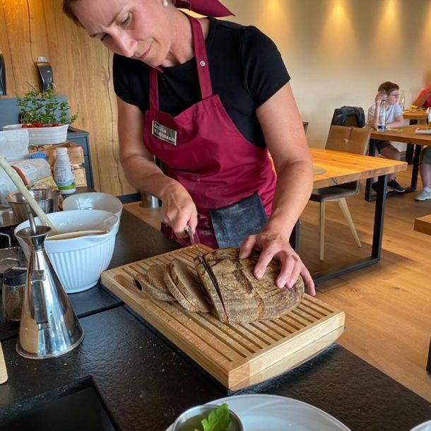 Merklinger Holzbackofen Grill Pizzaofen Brotbackofen Anita Klarmann beim Backseminar