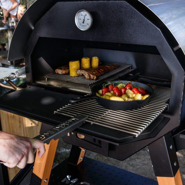 Merklinger Holzbackofen Grill Pizzaofen Brotbackofen Abstandsrost und ausziehbares Grillrost im Einsatz