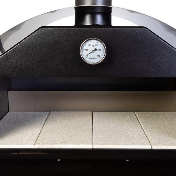 Merklinger Holzbackofen Grill Pizzaofen Brotbackofen 800 Nahansicht mit vier Schamottsteinen und Thermometer
