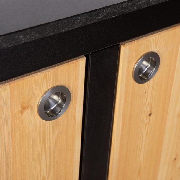 Merklinger Holzbackofen Grill Pizzaofen Brotbackofen mobiler Seitentisch mit Holz und zwei geschlossenen Türen Nahansicht