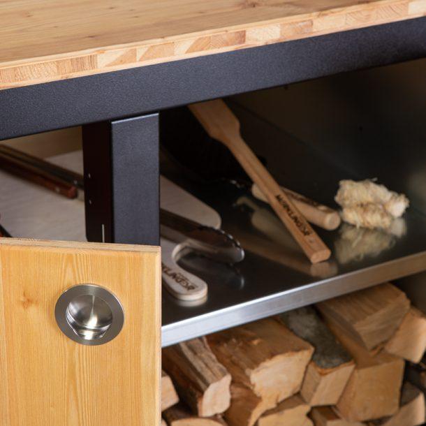 Merklinger Holzbackofen Grill Pizzaofen Brotbackofen mobiler Seitentisch mit Holz und zwei Türen mit Zubehör Nahansicht