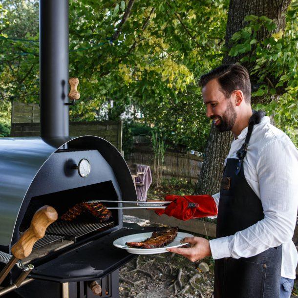 Merklinger Holzbackofen Grill Pizzaofen Brotbackofen Grillzange und Hitze Handschuhe im Einsatz