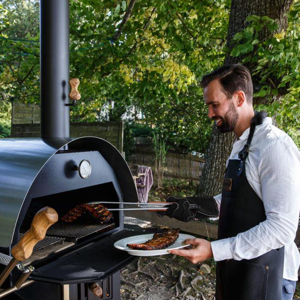 merklinger-holzbackofen-grill-pizzaofen-brotbackofen-zubehoer-motiv-800-grillen1-schwarz