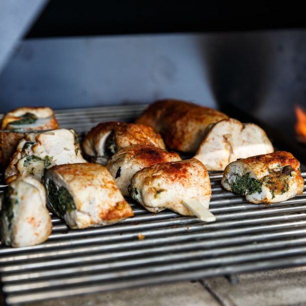 Merklinger Holzbackofen Grill Pizzaofen Brotbackofen ausziehbares Grillrost und Abstandsrost mit gefüllter Hähnchenbrust
