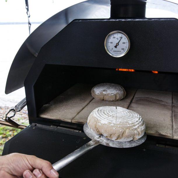 Merklinger Holzbackofen Grill Pizzaofen Brotbackofen Brotschieber im Einsatz beim Brot einschießen