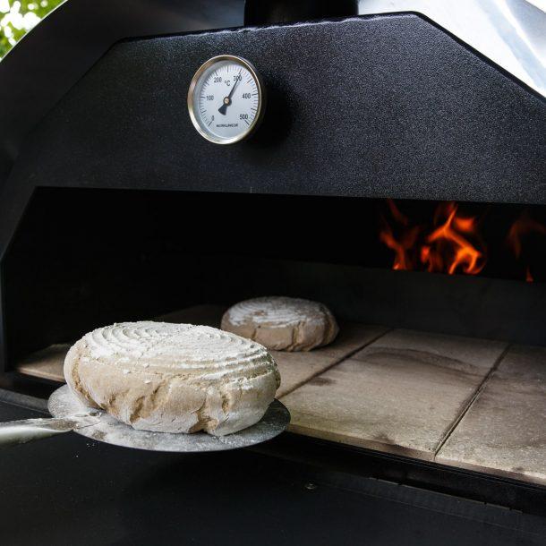 Merklinger Holzbackofen Grill Pizzaofen Brotbackofen Brotschieber im Einsatz beim Brot backen