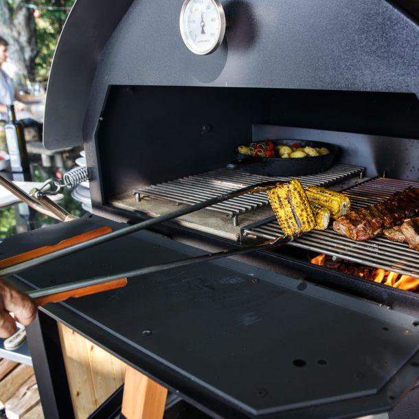 Merklinger Holzbackofen Grill Pizzaofen Brotbackofen XXL Grillzange im Einsatz beim Mais grillen