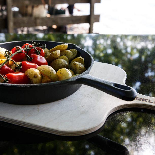 Merklinger Holzbackofen Grill Pizzaofen Brotbackofen Gußpfanne mit gebratenen Kartoffeln und Tomaten