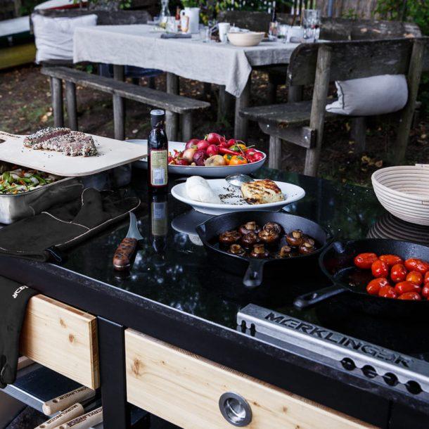 merklinger-holzbackofen-grill-pizzaofen-brotbackofen-zubehoer-motiv-mobiler-seitentisch-granit-schubladen-zubehoer-schwarz.jpg