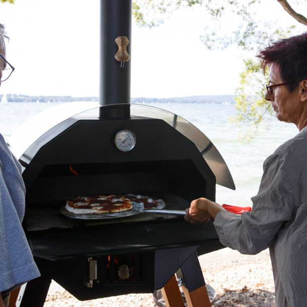 Merklinger Holzbackofen Grill Pizzaofen Brotbackofen Pizzaschaufel im Einsatz beim Pizza backen