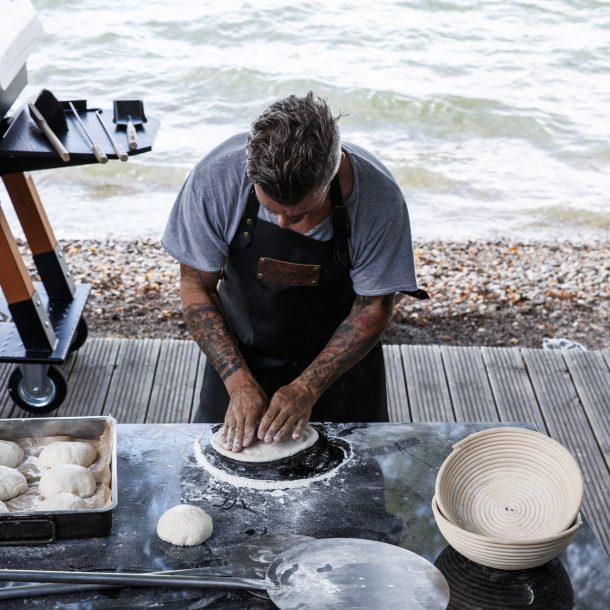 Merklinger Holzbackofen Grill Pizzaofen Brotbackofen Pizzaschaufel im Einsatz auf dem mobilen Beistelltisch