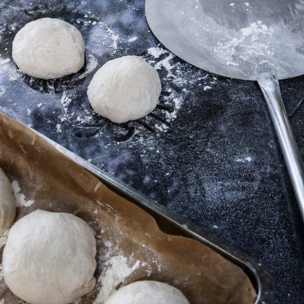 Merklinger Holzbackofen Grill Pizzaofen Brotbackofen Pizzaschaufel im Einsatz mit Pizzateiglinge