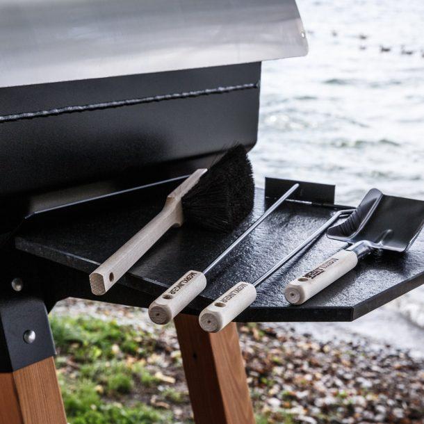 Merklinger Holzbackofen Grill Pizzaofen Brotbackofen und Granit Seitentisch mit Schürset